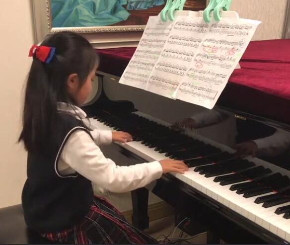 5岁女琴童弹奏《菊次郎的夏天》,大大的眼睛萌化了~